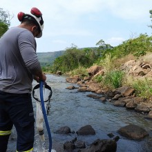 Filtragem de água de riachos para avaliação quantitativa do mexilhão-dourado